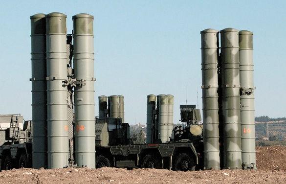 LUFTFÖRSVARET VID KHMEIMIM består av tre lager, där S-400 Triumf står för det yttersta. Här syns fyra eldenheter med fyra robottuber vardera eldberedda på basen. Mellan dem i bakgrunden skymtar Pantsir-S1. Det närskyddar de minst sex olika luftvärnsrobotsystem som upprätthåller de tre lagren samt olika system för elektronisk krigföring. Foto: Ryska försvarsdepartementet