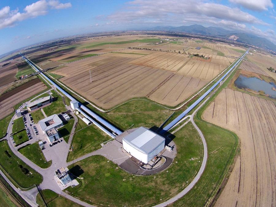 """Bilden är av den europeiska instrumentet """"Virgo"""" vid European Gravitational Observatory (EGO), nära Pisa i Italien. Virgo har en liknande konstruktion som de två amerikanska Laser Interferometer Gravitational-Wave Observatory (LIGO). Foto: The Virgo collaboration"""