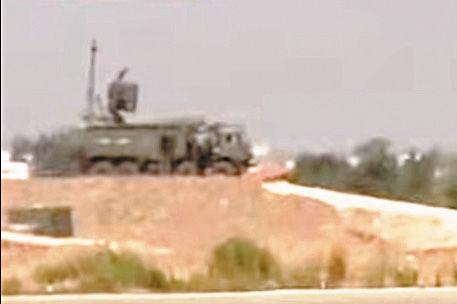 KRASUKHA-4 är ett ryskt elektroniskt vapensystem som utgör en okänd del av det kraftiga luftförsvar som finns vid flygbasen Khmeimim i Syrien. Den inte bara skyddar basen med en osynlig sköld mot spionflygplan och satelliter, utan kan också offensivt störa eller slå ut radar, kommunikations-, styr- och målangivningssystem. Den sägs ha en räckvidd på mellan cirka 10 och 40 kilometer, beroende på vad den bekämpar, men det går inte att säkert veta då det handlar om ett topphemligt system. Systemet är lika enigmatiskt som sitt namn Krasukha, som i Ryssland förknippas med namnet på en uppskattad ko. På denna unika bild från Khmeimim syns en mobil enhet som körts upp på en höjd för att få bättre räckvidd.Det spekuleras i militärkretsar att Krasukha-4 ligger bakom de minst 14 amerikanska kryssningsrobotar som ingen har kunnat redogöra för vart de tog vägen. Om det stämmer ligger det i både USA:s och Rysslands intresse att mörka. Foto: Twitter