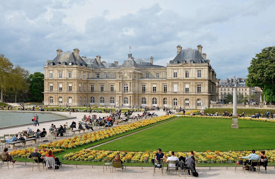 Senaten residerar i Luxembourgpalatsen med dess berömda trädgård. Foto: Wikipedia