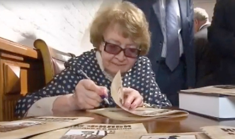 Khilbys ryska änka Rufina Puchova Rufina Puchova signerar. Stillbild: Rossija24