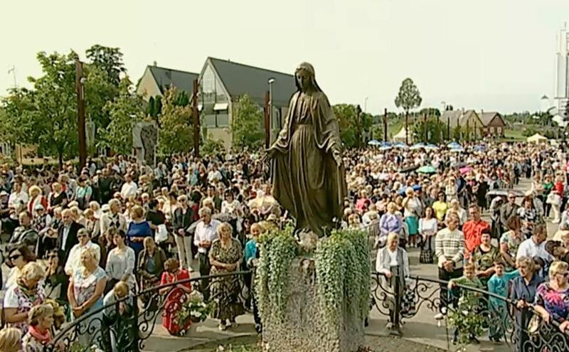 Mariastatyn. Den gamla kyrkan är helgad åt Maria. Under mässan tillber man henne i syfte att hon ska skydda Litauen och Litauens kvinnor. Stillbild: LRT