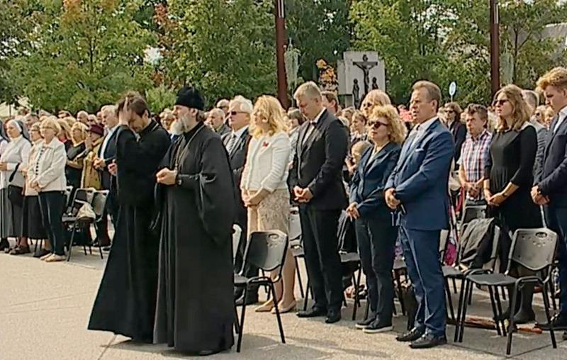 Rysk-ortodoxa representanter fick en framskjuten plats, trots att det var en katolsk mässa. Stillbild: LRT